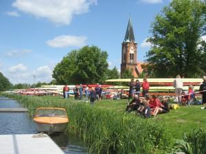 Sattelplatz im Zielbereich der Regattastrecke Werder vor der St. Maria-Meeresstern-Kirche
